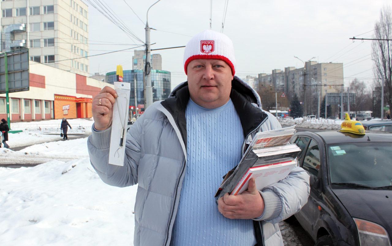 Na zdjęciu - Igor Spiwak, który osobiście zgłosił się do redakcji w Winnicy po odbiór nagrody