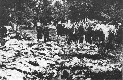 Rodziny szukają bliskich pomiędzy zwłokami ofiar NKWD, wydobytych z ziemu w winnickim parku