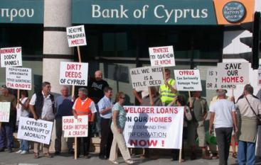 Zdjęcie pobrano z http://tvi.ua/image/data/news/2013/03/cyprus-bank-protest.jpg