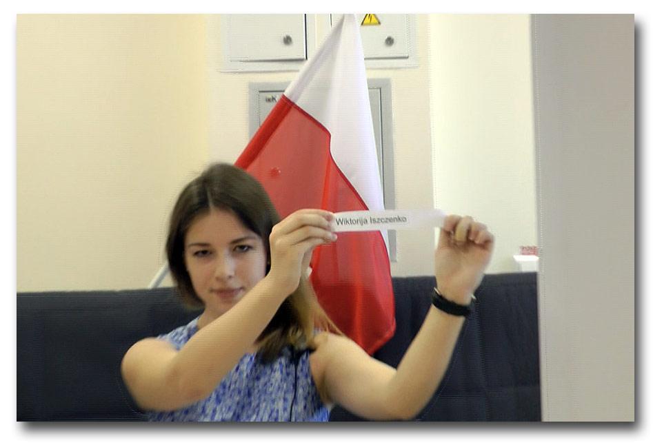 Ania Szłapak prezentuje kartkę z nazwiskiem zwycięzcy