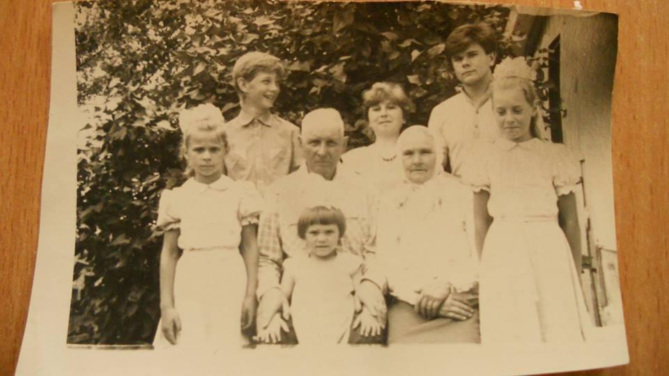 Siostra babci autorki wspomnień - Leontina Rafalska(Nitchenko) z mężem Kazimierzem, oraz wnuki Mikoła Iskra, Nikołaj Dworecki i inne