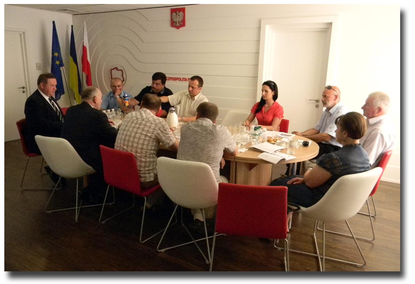 Spotkanie merytoryczne w konsulacie. Zdjęcie pobrano z www.winnica.msz.gov.pl