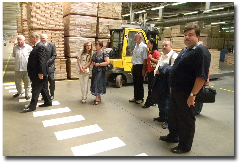 Wizytacja zakładu produkcji deski podłogowej Barlinek. Zdjęcie pobrano z www.winnica.msz.gov.pl