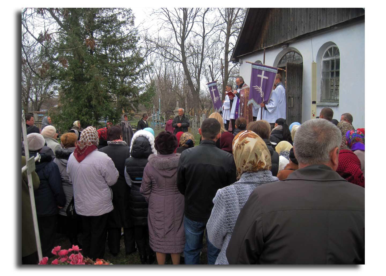 Po Mszy i procesji w Latyczowskim Sanktuarium, Polacy wyruszyli na polskim cmentarz