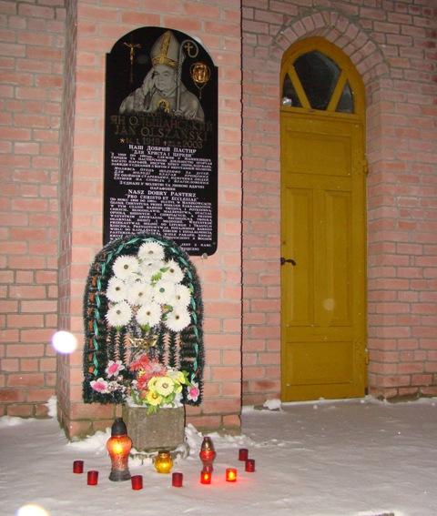 Zdjęcie pobrane z credo-ua.org. Przed wejściem do kościoła w Mańkowcach