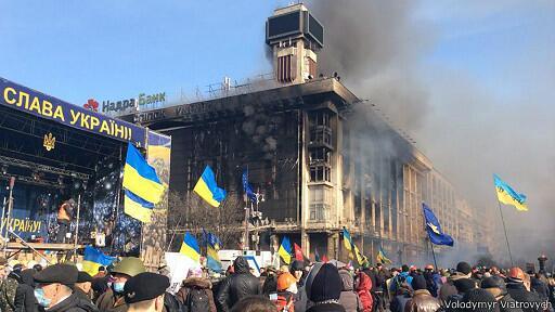 Majdan stoi. Po nocnych pożarach i szturmach. Zdjęcie pobrane z bbc.co.uk