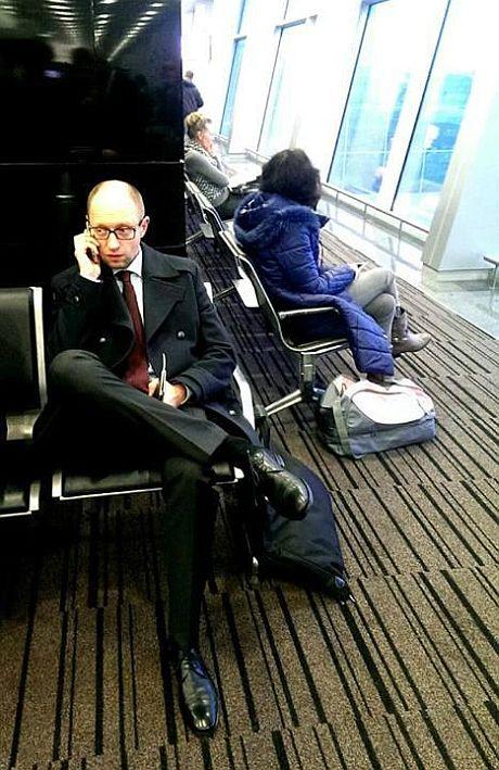 Ukraiński premier poleciał do Brukseli zwykłą drugą klasą. Zdjęcie pobrano z pravda.com.ua