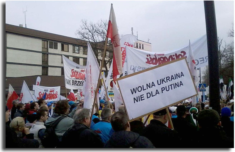 To zdjęcie przedstawiające antyputinowski wiec w Warszawie zostało udostępnione przez Artura Cycurskiego