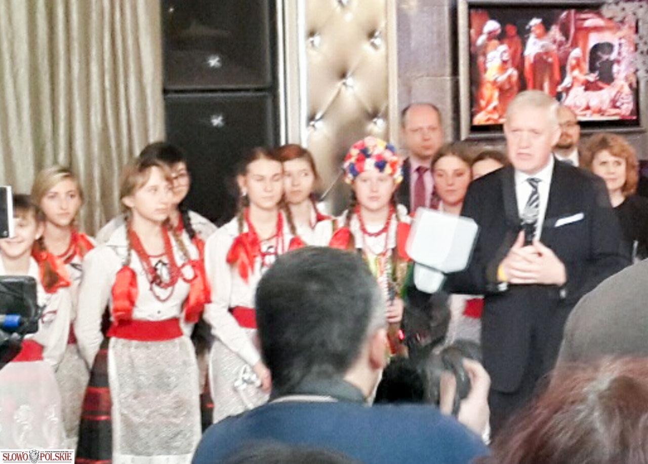 Konsul RP Tomasz Olejniczak wita gości na spotkaniu opłatkowym w winnickim Welurze